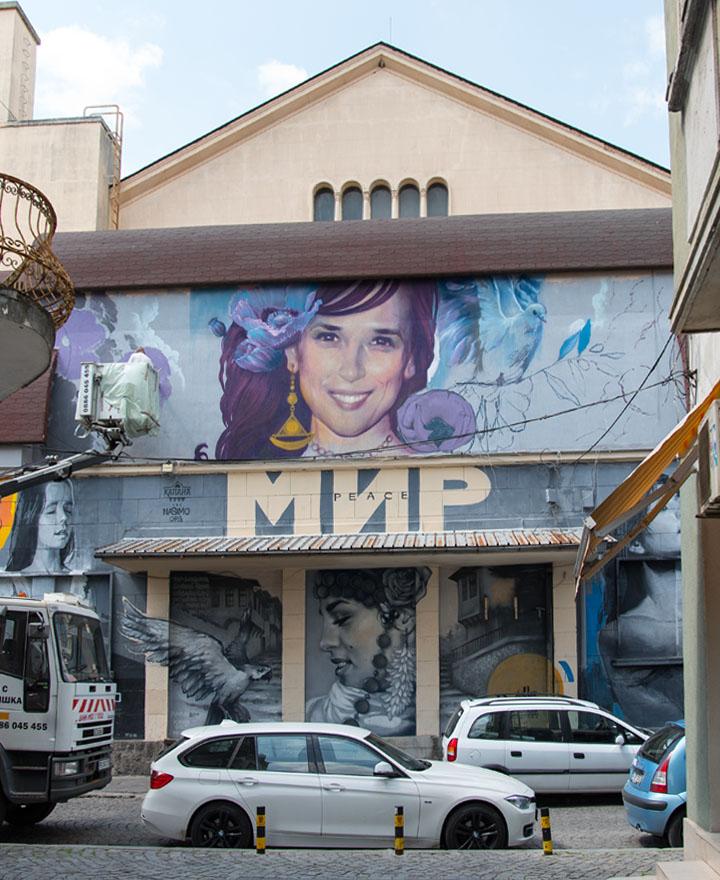 Nasimo довършва стенописите на фасадата на център Хали